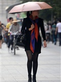 [户外街*拍] 2013.09.13 穿戴很时尚打伞的黑丝少妇